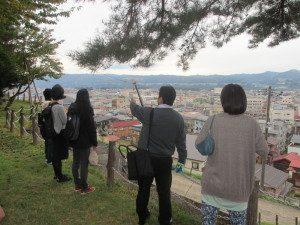 十日町市街地を展望しながら市内施設の説明